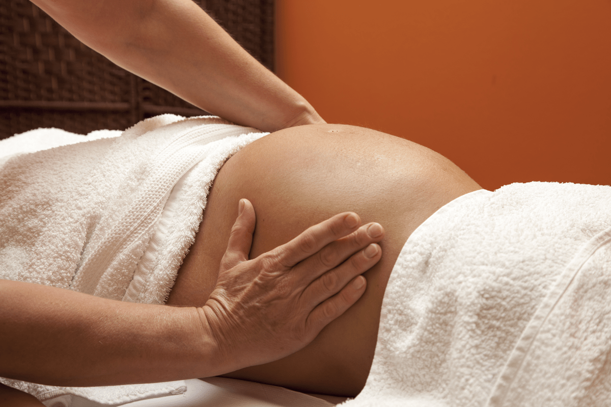 Femme enceinte recevant un massage bien-être