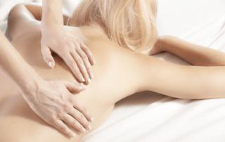 Femme blonde recevant un massage