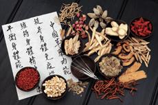 Plantes et feuille d'inscription de symboles chinois représentant la pharmacopée