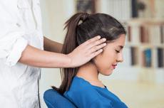 Femme massée par un professionnel qui pratique la méthode de massage chinois appelé Tuina